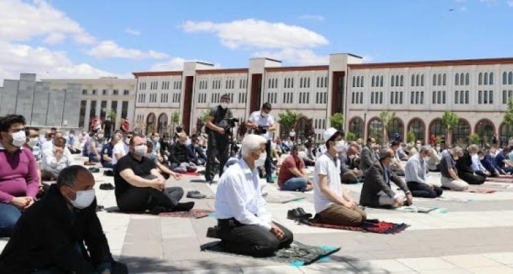 Gaün'de sosyal mesafeli cuma namazı